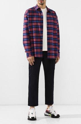 Мужской хлопковые брюки BALENCIAGA темно-синего цвета, арт. 557301/TDP09 | Фото 2