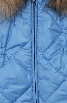 Детский комбинезон с меховой отделкой на капюшоне ALETTA голубого цвета, арт. R999058U/1M-2A | Фото 3