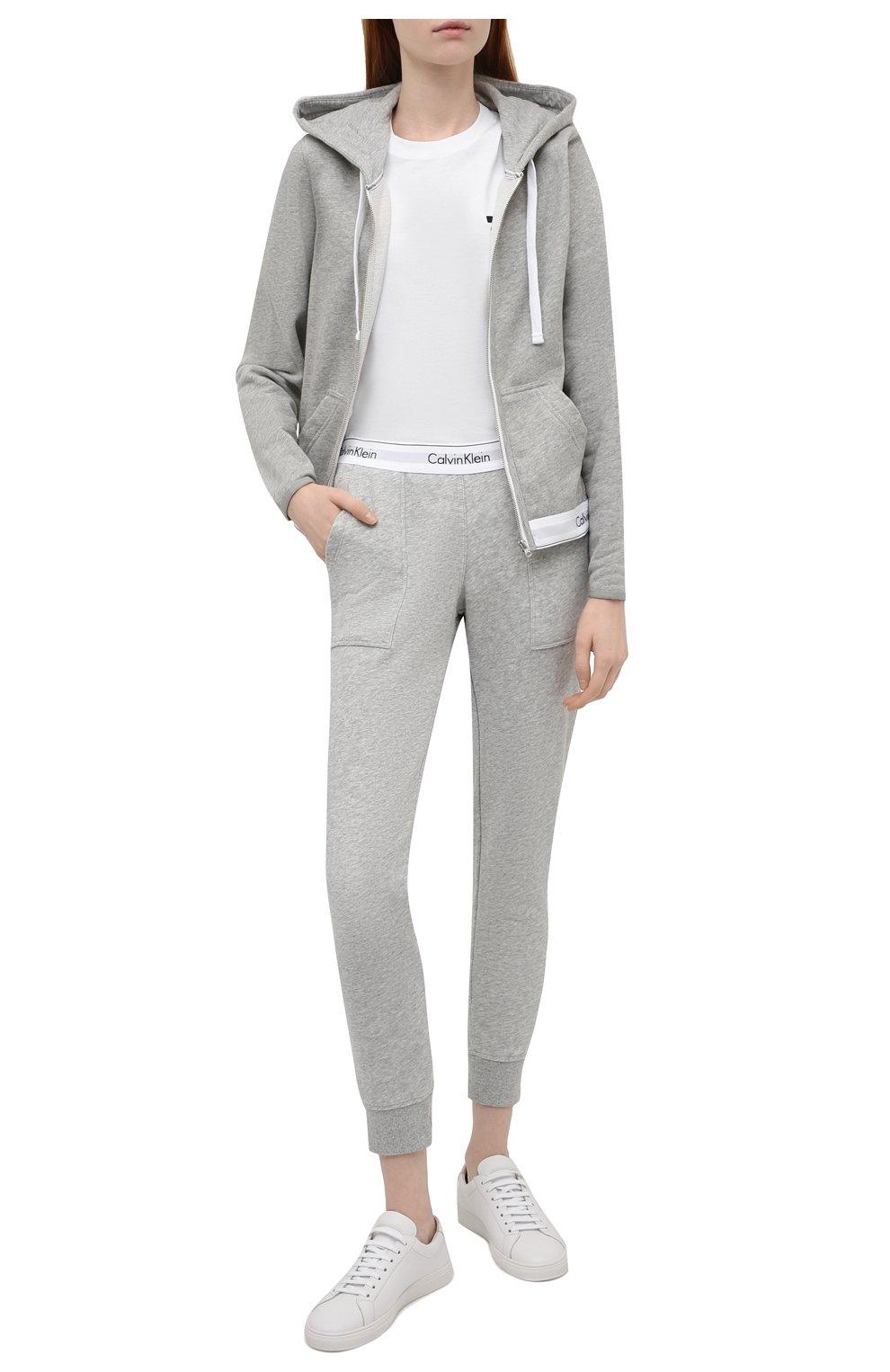 Женские хлопковые брюки CALVIN KLEIN серого цвета, арт. QS5716E   Фото 2