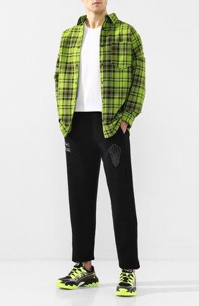 Мужской хлопковые брюки MARCELO BURLON черного цвета, арт. CMCH022R20FLE002   Фото 2