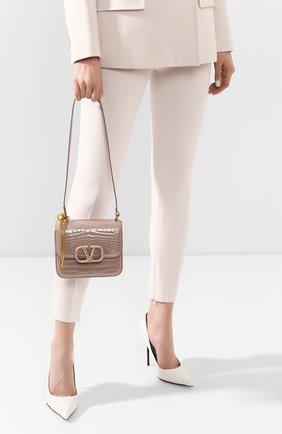 Женская сумка valentino garavani vsling small из кожи аллигатора VALENTINO темно-бежевого цвета, арт. TW2B0F01/XDE/AMIS | Фото 2