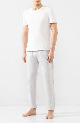 Мужские хлопковые брюки EMPORIO ARMANI серого цвета, арт. 111809/0P571   Фото 2