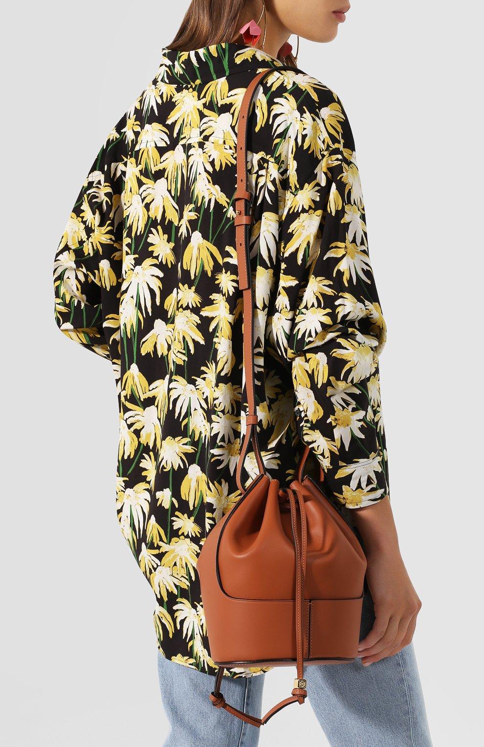 Женская сумка balloon small LOEWE светло-коричневого цвета, арт. 326.75AC31   Фото 5 (Сумки-технические: Сумки через плечо; Материал: Натуральная кожа; Ремень/цепочка: На ремешке; Размер: small)