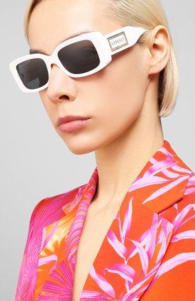 Женские солнцезащитные очки VERSACE белого цвета, арт. 4377-401/87 | Фото 2