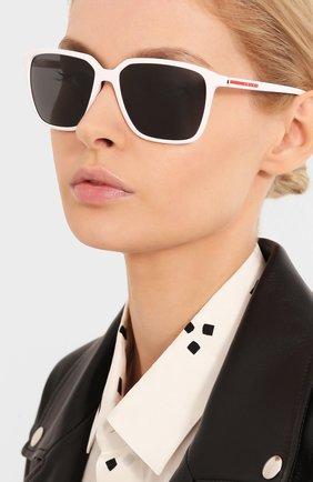 Женские солнцезащитные очки PRADA LINEA ROSSA белого цвета, арт. 06VS-AAI5S0 | Фото 2