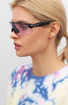 Женские солнцезащитные очки OAKLEY розового цвета, арт. 9208-920898 | Фото 2