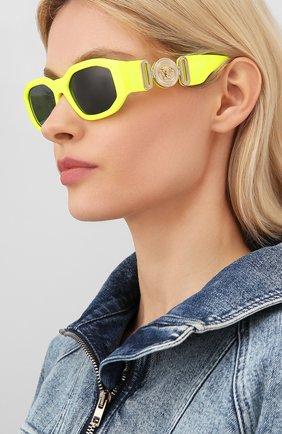 Женские солнцезащитные очки VERSACE желтого цвета, арт. 4361-532187 | Фото 2