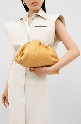Женский клатч pouch из кожи аллигатора BOTTEGA VENETA бежевого цвета, арт. 576227/VCPX0/AMIS | Фото 2