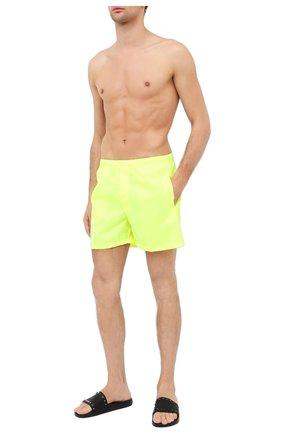 Детского плавки-шорты  VALENTINO желтого цвета, арт. UV3UHA106GJ | Фото 2