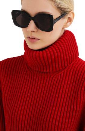 Женские солнцезащитные очки ALEXANDER MCQUEEN черного цвета, арт. AM0250S 001 | Фото 2