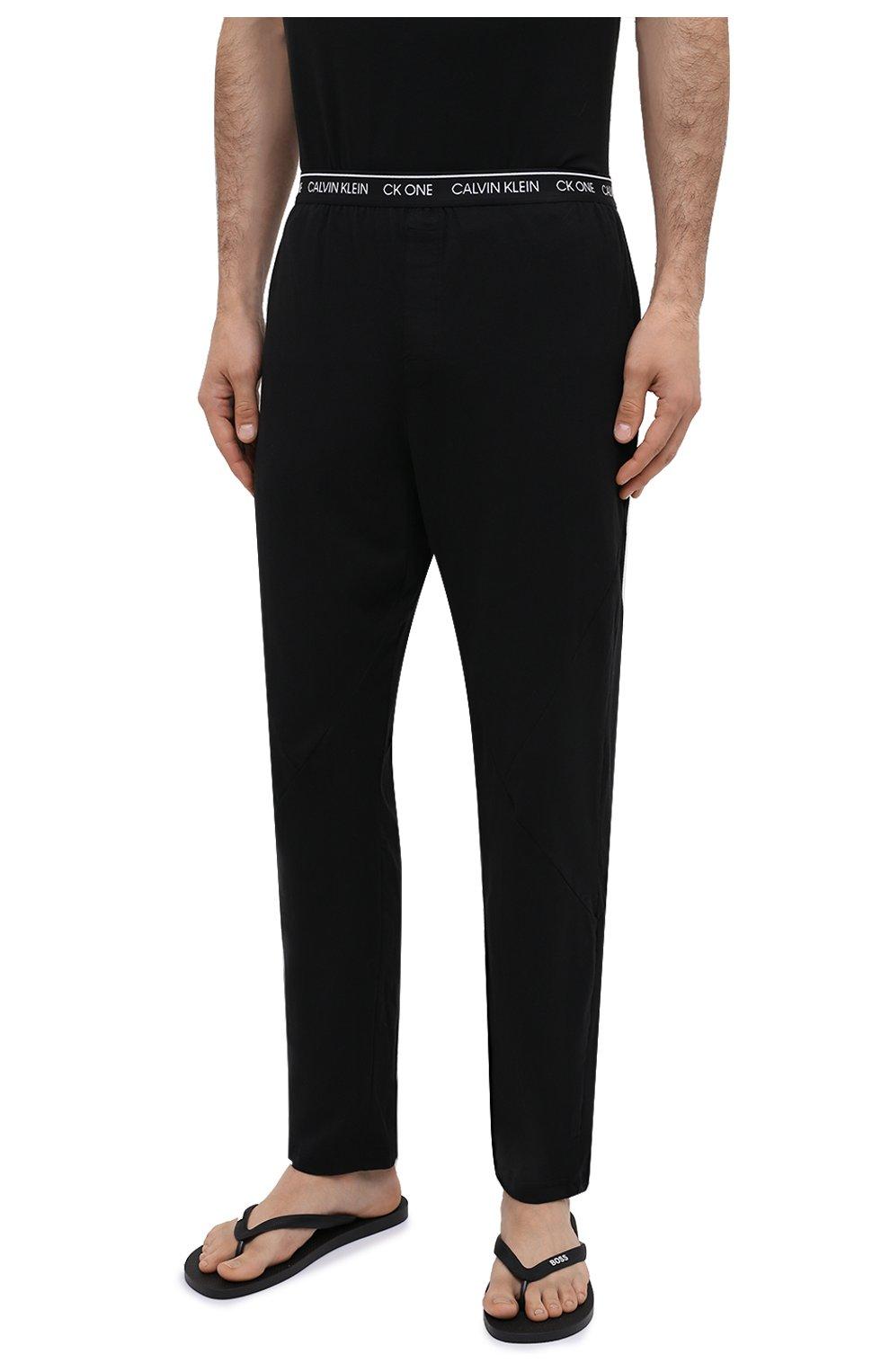 Мужские хлопковые домашние брюки CALVIN KLEIN черного цвета, арт. NM1796E | Фото 3 (Длина (брюки, джинсы): Стандартные; Кросс-КТ: домашняя одежда; Мужское Кросс-КТ: Брюки-белье; Материал внешний: Хлопок)