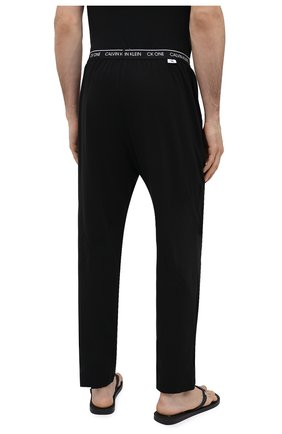 Мужские хлопковые домашние брюки CALVIN KLEIN черного цвета, арт. NM1796E | Фото 4 (Длина (брюки, джинсы): Стандартные; Кросс-КТ: домашняя одежда; Мужское Кросс-КТ: Брюки-белье; Материал внешний: Хлопок)