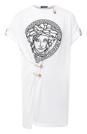 Женская футболка VERSACE черно-белого цвета, арт. A87453/A228806   Фото 1 (Рукава: Короткие; Материал внешний: Хлопок; Стили: Кэжуэл, Гламурный; Женское Кросс-КТ: Футболка-одежда; Принт: С принтом; Длина (для топов): Удлиненные)