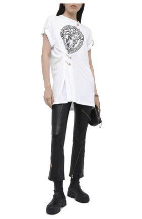 Женская футболка VERSACE черно-белого цвета, арт. A87453/A228806   Фото 2 (Рукава: Короткие; Материал внешний: Хлопок; Стили: Кэжуэл, Гламурный; Женское Кросс-КТ: Футболка-одежда; Принт: С принтом; Длина (для топов): Удлиненные)