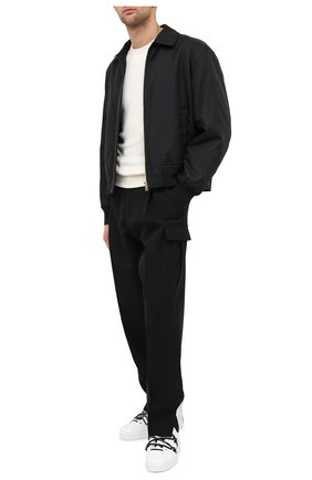 Мужской бомбер VERSACE черного цвета, арт. A87495/A222757 | Фото 2 (Материал подклада: Купро; Материал внешний: Синтетический материал; Рукава: Длинные; Длина (верхняя одежда): Короткие; Мужское Кросс-КТ: Верхняя одежда; Принт: Без принта; Стили: Кэжуэл; Кросс-КТ: Куртка)