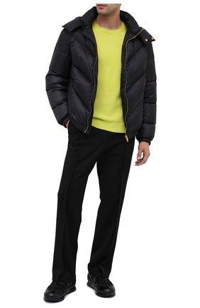 Мужская пуховая куртка VERSACE черного цвета, арт. A87434/A233255 | Фото 2 (Материал внешний: Синтетический материал; Длина (верхняя одежда): Короткие; Рукава: Длинные; Мужское Кросс-КТ: пуховик-короткий, Пуховик-верхняя одежда, Верхняя одежда; Кросс-КТ: Куртка, Пуховик; Стили: Кэжуэл; Материал подклада: Синтетический материал; Материал утеплителя: Пух и перо)