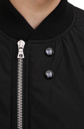 Мужской бомбер DRIES VAN NOTEN черного цвета, арт. 202-20503-1314   Фото 6 (Кросс-КТ: Куртка; Рукава: Длинные; Принт: Без принта; Материал внешний: Синтетический материал; Мужское Кросс-КТ: Верхняя одежда; Длина (верхняя одежда): Короткие; Стили: Кэжуэл)