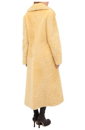 Женская шуба из овчины BOTTEGA VENETA бежевого цвета, арт. 641923/VKV70 | Фото 5