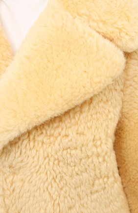 Женская шуба из овчины BOTTEGA VENETA бежевого цвета, арт. 641923/VKV70 | Фото 6