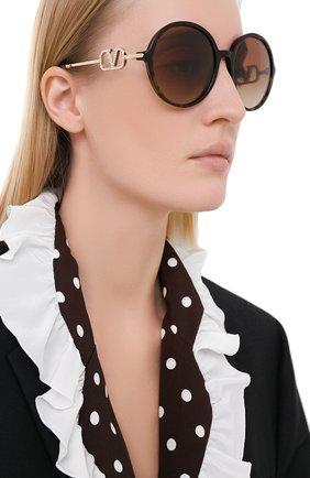 Женские солнцезащитные очки VALENTINO коричневого цвета, арт. 4075-500213 | Фото 2