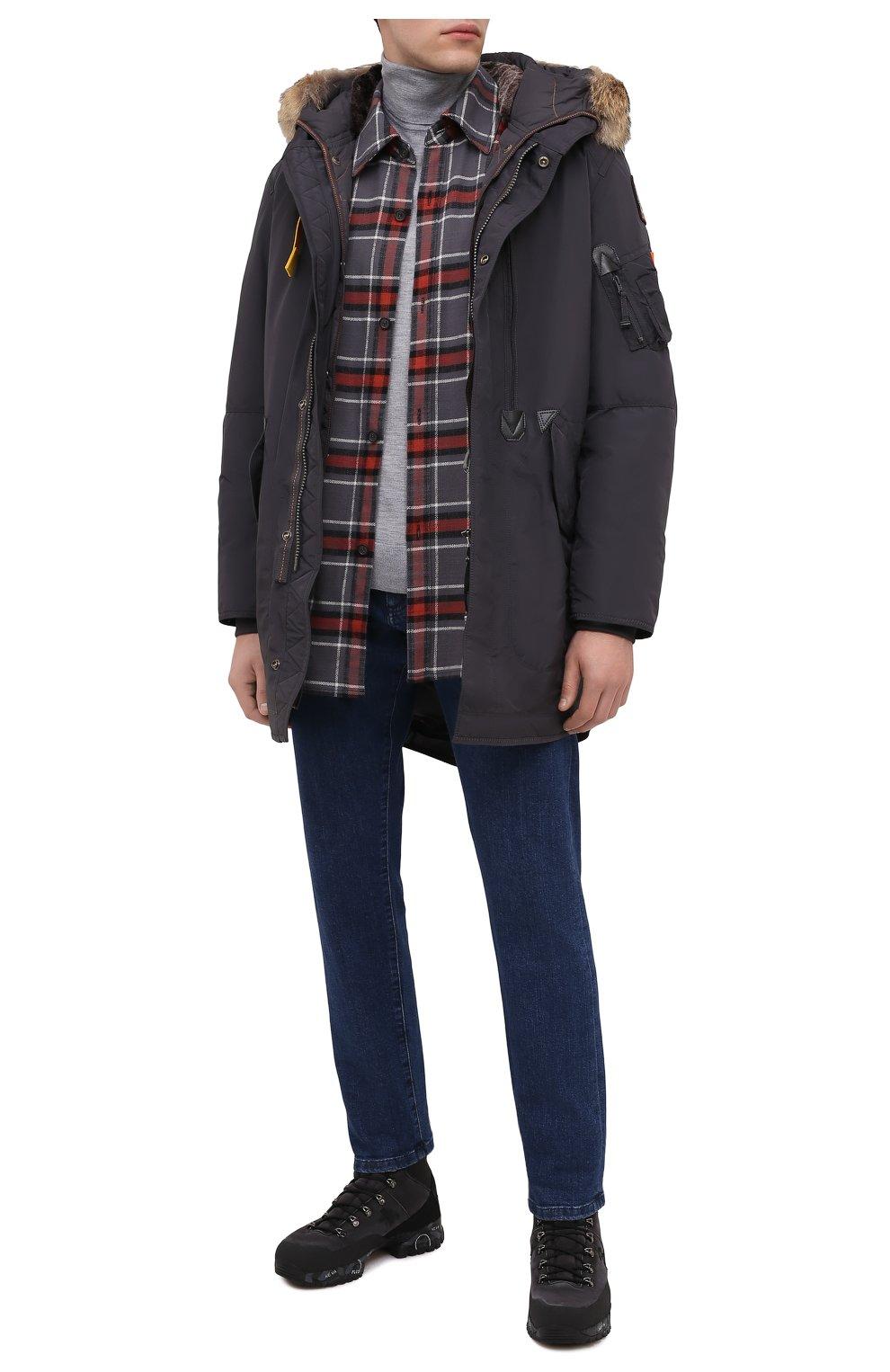 Мужская пуховая парка tank с меховой отделкой PARAJUMPERS темно-серого цвета, арт. MA07/TANK   Фото 2 (Кросс-КТ: Куртка, Пуховик; Мужское Кросс-КТ: пуховик-короткий, Пуховик-верхняя одежда, Верхняя одежда; Рукава: Длинные; Длина (верхняя одежда): До середины бедра; Материал внешний: Синтетический материал; Стили: Спорт-шик; Материал подклада: Синтетический материал; Материал утеплителя: Пух и перо)