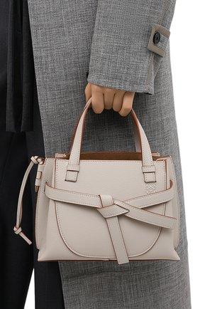 Женская сумка gate LOEWE светло-серого цвета, арт. A650Z99X05 | Фото 2 (Размер: small; Ремень/цепочка: На ремешке; Материал: Натуральная кожа; Сумки-технические: Сумки через плечо, Сумки top-handle)