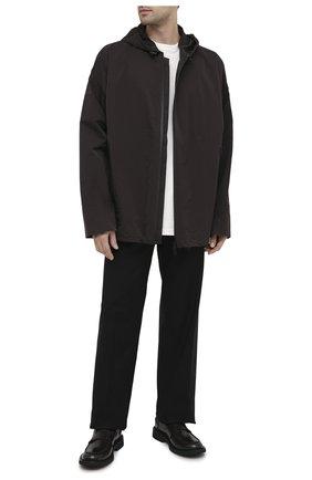 Мужская куртка BOTTEGA VENETA темно-коричневого цвета, арт. 634083/VF4K0 | Фото 2 (Материал внешний: Синтетический материал; Рукава: Длинные; Мужское Кросс-КТ: Куртка-верхняя одежда, Верхняя одежда; Стили: Минимализм, Кэжуэл; Кросс-КТ: Ветровка, Куртка; Длина (верхняя одежда): До середины бедра)