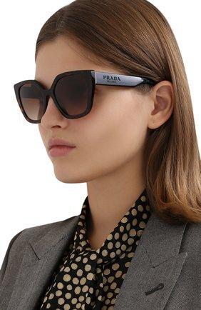 Женские солнцезащитные очки PRADA коричневого цвета, арт. 24XS-2AU6S1 | Фото 2