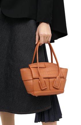 Женская сумка arco mini из кожи аллигатора BOTTEGA VENETA коричневого цвета, арт. 629529/VA901/AMIS | Фото 2