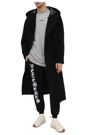Мужская хлопковая футболка VETEMENTS серого цвета, арт. UE51TR540G 1600/M | Фото 2 (Длина (для топов): Удлиненные; Материал внешний: Хлопок; Принт: С принтом; Рукава: Короткие; Мужское Кросс-КТ: Футболка-одежда; Стили: Гранж)