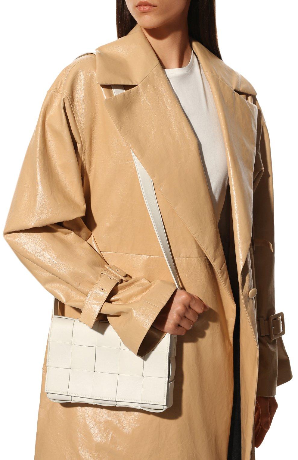 Женская сумка cassette BOTTEGA VENETA белого цвета, арт. 578004/VMAY1   Фото 2 (Сумки-технические: Сумки через плечо; Материал: Натуральная кожа; Ремень/цепочка: На ремешке; Размер: small)