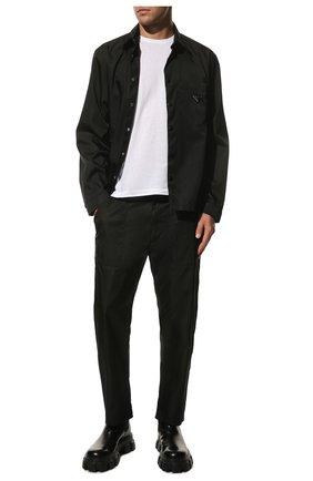 Мужские брюки PRADA черного цвета, арт. SPH85-1YFL-F0002-202 | Фото 2 (Материал внешний: Синтетический материал; Стили: Минимализм; Случай: Повседневный; Длина (брюки, джинсы): Укороченные)