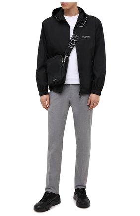 Мужская куртка VALENTINO черного цвета, арт. VV3CI3685AT | Фото 2 (Стили: Кэжуэл; Длина (верхняя одежда): Короткие; Материал подклада: Синтетический материал; Рукава: Длинные; Кросс-КТ: Куртка, Ветровка; Принт: С принтом; Материал внешний: Синтетический материал)