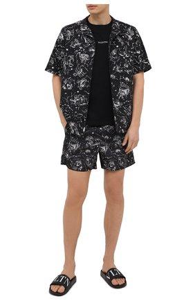 Мужские плавки-шорты VALENTINO черного цвета, арт. VV3UH02870Q | Фото 2 (Принт: С принтом; Материал внешний: Синтетический материал; Мужское Кросс-КТ: плавки-шорты)