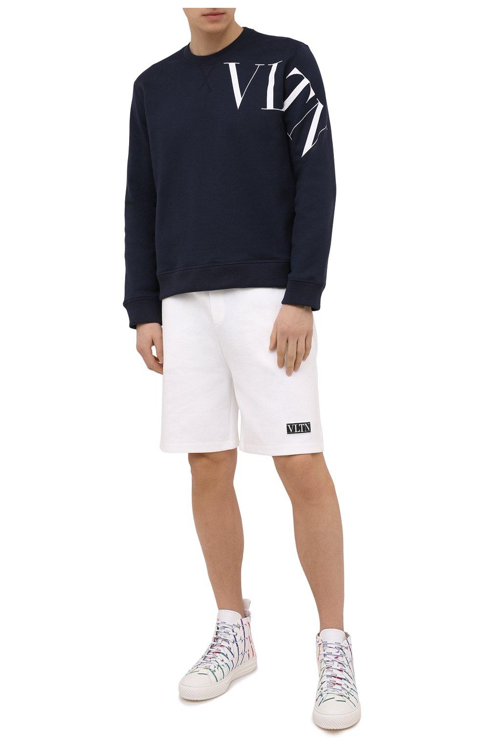 Мужской хлопковый свитшот VALENTINO темно-синего цвета, арт. VV3MF10G745 | Фото 2 (Рукава: Длинные; Длина (для топов): Стандартные; Принт: С принтом; Мужское Кросс-КТ: свитшот-одежда; Материал внешний: Хлопок; Стили: Кэжуэл)