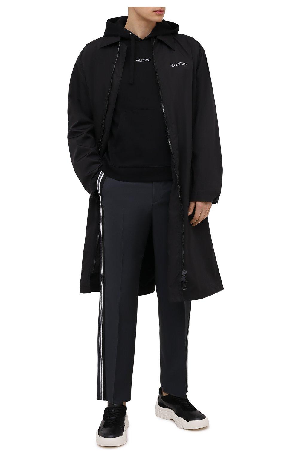 Мужской плащ VALENTINO черного цвета, арт. VV3CII9066C   Фото 2 (Мужское Кросс-КТ: Плащ-верхняя одежда; Рукава: Длинные; Длина (верхняя одежда): До колена; Материал внешний: Синтетический материал; Материал подклада: Синтетический материал; Стили: Кэжуэл)