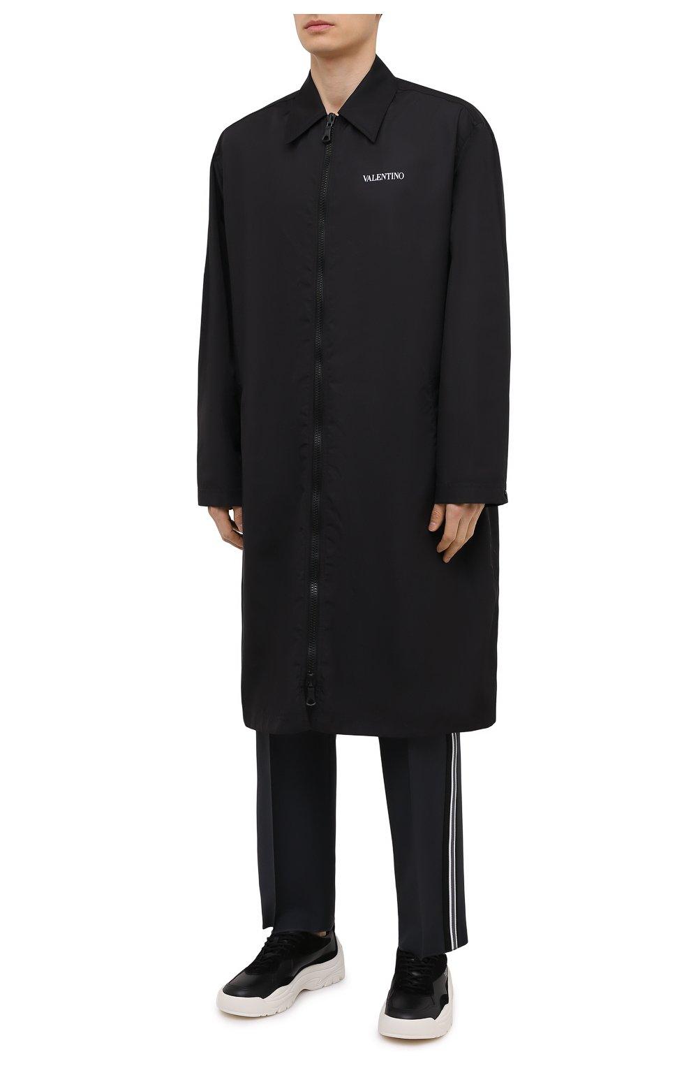 Мужской плащ VALENTINO черного цвета, арт. VV3CII9066C   Фото 3 (Мужское Кросс-КТ: Плащ-верхняя одежда; Рукава: Длинные; Длина (верхняя одежда): До колена; Материал внешний: Синтетический материал; Материал подклада: Синтетический материал; Стили: Кэжуэл)