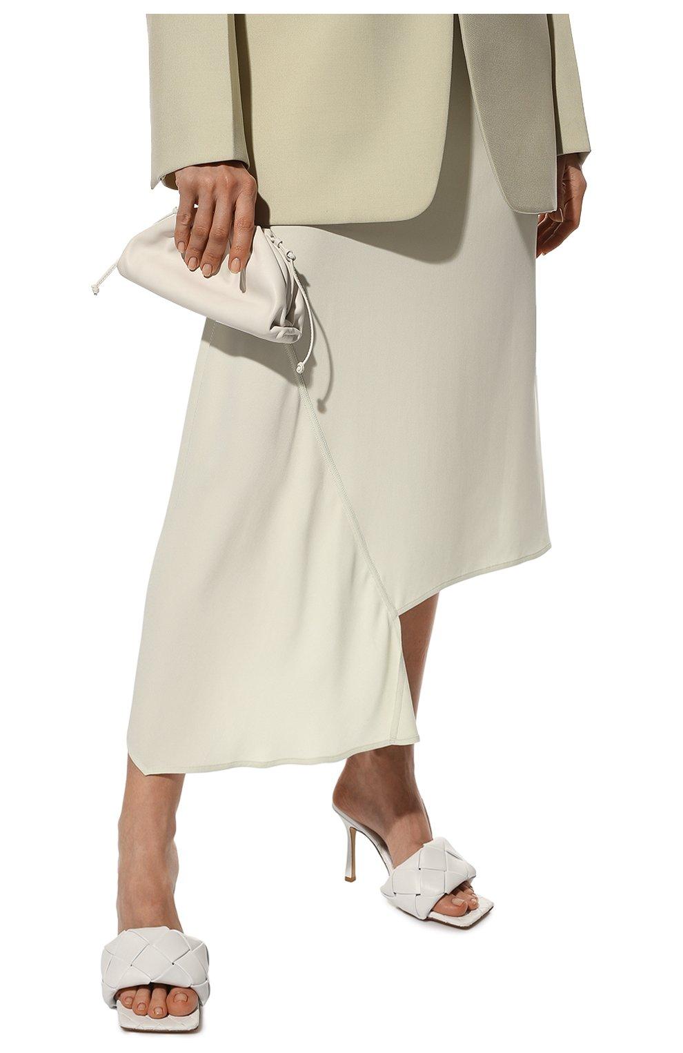 Женский клатч pouch mini BOTTEGA VENETA белого цвета, арт. 585852/VCP40 | Фото 2 (Материал: Натуральная кожа; Женское Кросс-КТ: Клатч-клатчи; Размер: mini; Ремень/цепочка: На ремешке)