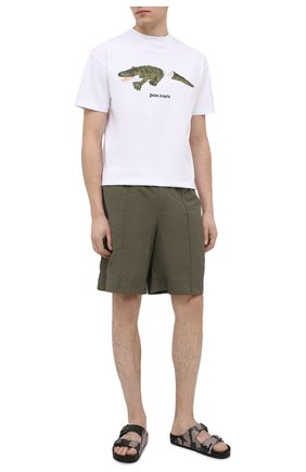 Мужские шорты VALENTINO хаки цвета, арт. VV3RDA9170F | Фото 2 (Принт: Без принта; Материал внешний: Синтетический материал; Материал подклада: Синтетический материал; Мужское Кросс-КТ: Шорты-одежда; Стили: Кэжуэл; Длина Шорты М: Ниже колена)