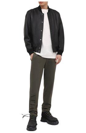Мужские хлопковые брюки VALENTINO хаки цвета, арт. VV3MD02X7B8 | Фото 2 (Материал внешний: Хлопок; Длина (брюки, джинсы): Стандартные; Мужское Кросс-КТ: Брюки-трикотаж; Стили: Спорт-шик; Случай: Повседневный)