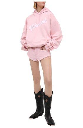 Женские джинсовые шорты VETEMENTS розового цвета, арт. WE51PA100P 2807/BABY PINK | Фото 2