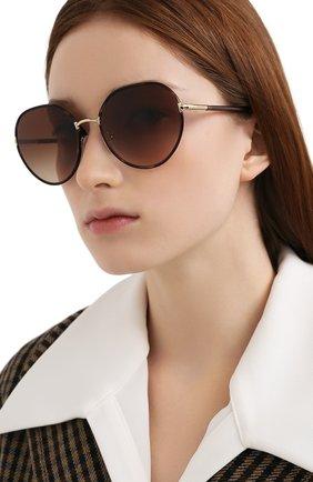 Женские солнцезащитные очки PRADA коричневого цвета, арт. 65XS-2AU6S1 | Фото 2