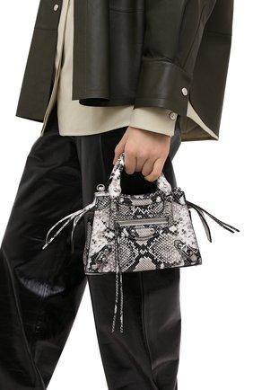 Женская сумка neo classic BALENCIAGA черно-белого цвета, арт. 638524/13B9Y | Фото 2 (Сумки-технические: Сумки top-handle, Сумки через плечо; Ремень/цепочка: На ремешке; Размер: small; Материал: Натуральная кожа)