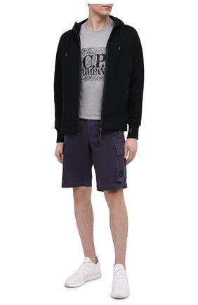 Мужские хлопковые шорты C.P. COMPANY темно-синего цвета, арт. 10CMBE160A-005694G | Фото 2 (Мужское Кросс-КТ: Шорты-одежда; Материал внешний: Хлопок; Длина Шорты М: До колена; Принт: Без принта; Стили: Кэжуэл)