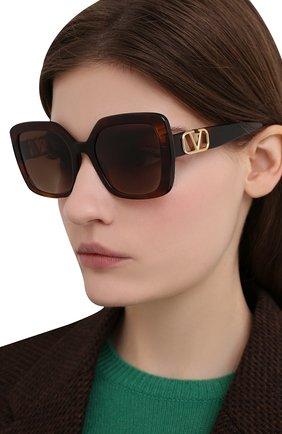 Женские солнцезащитные очки VALENTINO коричневого цвета, арт. 4065-515113 | Фото 2