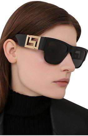 Женские солнцезащитные очки VERSACE черного цвета, арт. 4403-GB1/87 | Фото 2