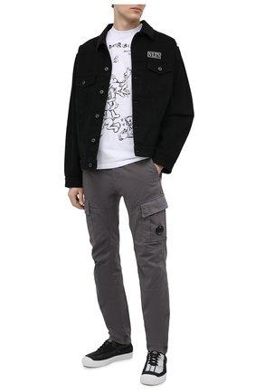 Мужские хлопковые брюки-карго C.P. COMPANY серого цвета, арт. 10CMPA151A-005694G | Фото 2 (Материал внешний: Хлопок; Стили: Кэжуэл; Случай: Повседневный; Длина (брюки, джинсы): Стандартные; Силуэт М (брюки): Карго)