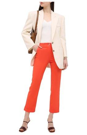 Женские джинсы LORO PIANA кораллового цвета, арт. FAL5554   Фото 2 (Силуэт Ж (брюки и джинсы): Расклешенные; Материал внешний: Хлопок; Длина (брюки, джинсы): Укороченные; Стили: Гламурный; Кросс-КТ: Деним)