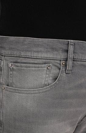 Мужские джинсы RALPH LAUREN светло-серого цвета, арт. 790782453 | Фото 5 (Силуэт М (брюки): Прямые; Кросс-КТ: Деним; Длина (брюки, джинсы): Стандартные; Материал внешний: Хлопок; Детали: Потертости; Стили: Кэжуэл)