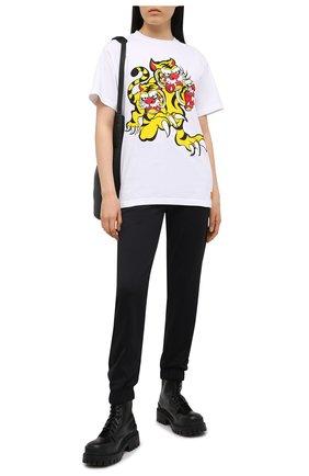 Женская хлопковая футболка KENZO белого цвета, арт. FB52TS6414SJ | Фото 2 (Женское Кросс-КТ: Футболка-одежда; Материал внешний: Хлопок; Длина (для топов): Стандартные; Принт: С принтом; Рукава: Короткие; Стили: Спорт-шик)